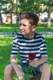 Pojken med rosen begreppet av förälskelsen av barn Arkivfoton