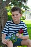 Pojken med rosen begreppet av förälskelsen av barn Royaltyfri Foto