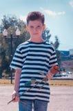 Pojken med rosen begreppet av förälskelsen av barn Arkivfoto