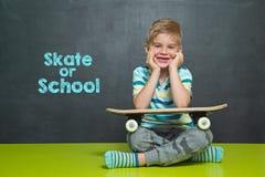 Pojken med skateboarden och skolförvaltningen med text ÅKER SKRIDSKOR ELLER SKOLAR Royaltyfria Foton