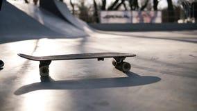 Pojken med skateboarden ska just att starta hans ritt Den tonåriga skateboradåkaren i skridskostaden parkerar Stäng sig upp av fo arkivfilmer