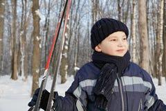 Pojken med skidar i skog Royaltyfri Foto