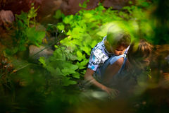Pojken nära floden arkivfoton