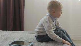 Pojken något kan inte göra på minnestavlaPC:n arkivfilmer