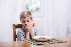 Pojken önskar inte att äta Royaltyfria Bilder