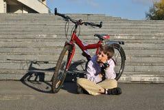 Pojken och den röda cykeln Arkivfoton