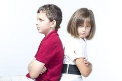 Pojken och en flicka är ilskna på de royaltyfri foto