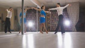 Pojken och en grabb dansar salsa royaltyfri foto