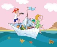 Pojken och flickaflötet vid ett pappers- skepp Royaltyfria Bilder
