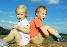 Pojken och flickan är loughen Arkivfoto