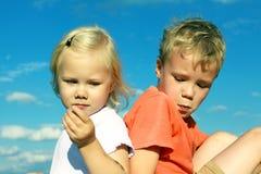 Pojken och flickan är loughen Royaltyfri Foto