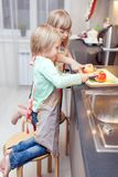 Pojken och flickan lagar mat något arkivbild