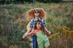 Pojken och flickan på en sommar går i bygden arkivbilder