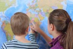 Pojken och flickan spelar i handelsresande royaltyfria foton