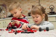 Pojken och flickan spelar med kvarter Royaltyfri Fotografi