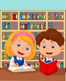 Pojken och flickan studerar tillsammans Arkivbild
