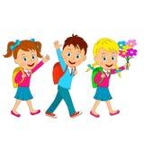 Pojken och flickor går till skolan Arkivfoton