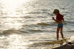Pojken och havet Fotografering för Bildbyråer