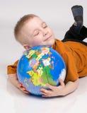 Pojken och jordklotet Fotografering för Bildbyråer