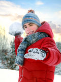 Pojken omkring som ska kastas, kastar snöboll Royaltyfri Fotografi