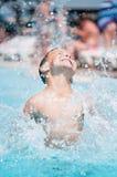Pojken på aqua parkerar royaltyfria bilder