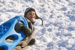 Pojken på en vinter går i parkera Arkivbild