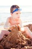 Pojken på havskusten arkivbilder