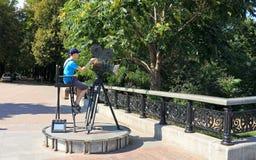 Pojken på monumentet till kameran Fotografering för Bildbyråer