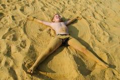 Pojken på sanden Arkivbilder
