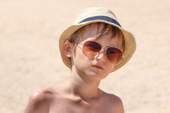 Pojken på stranden Arkivbild