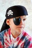 pojken piratkopierar Arkivfoton
