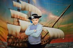 Pojken piratkopierar på skeppbakgrund Fotografering för Bildbyråer