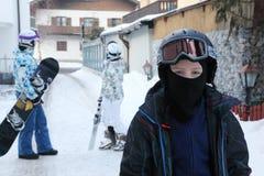 Pojken plattforer i by. Hans föräldrar är bakom Royaltyfria Bilder