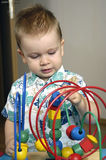 pojken plays den små toyen Arkivbild