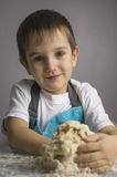 Pojken prepearing pizzadeg royaltyfri foto