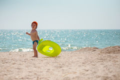 Pojken promenerar stranden Arkivbild