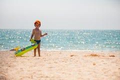 Pojken promenerar stranden Royaltyfria Bilder