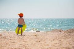 Pojken promenerar stranden Fotografering för Bildbyråer