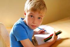pojken räckte till vänster Royaltyfri Fotografi