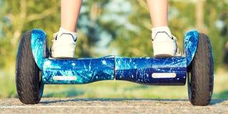 Pojken rider på ett jämviktsbräde Ben på svävandebräde arkivbilder