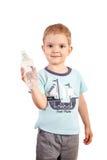 Pojken rymmer vattenflaskan på en vit bakgrund Arkivbilder