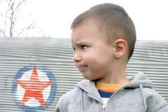pojken ser bister ut profil Royaltyfri Fotografi