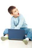 pojken ser den förvånade anteckningsboken Arkivfoto