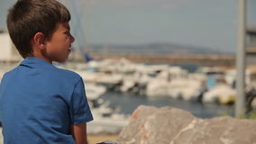 Pojken ser en yacht arkivfilmer