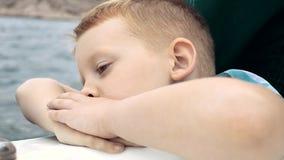 Pojken ser havet och faller sovande arkivfilmer