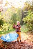 Pojken ser himlen, med ett blått paraply Royaltyfria Bilder