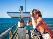Pojken ser till och med ett binokulärt på havet fotografering för bildbyråer