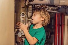 Pojken ser till och med periskopen på ubåten royaltyfri bild