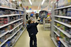 pojken shoppar Arkivfoto