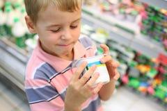 pojken shoppar Arkivbilder